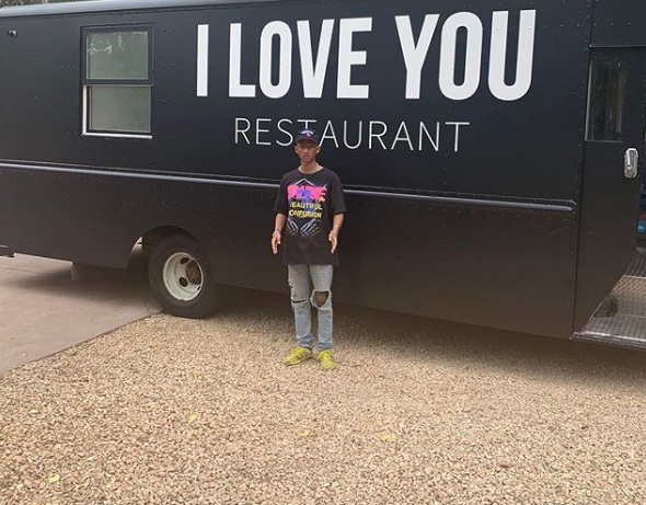 Jaden Smith inaugura Food truck gratuito para gente sin hogar