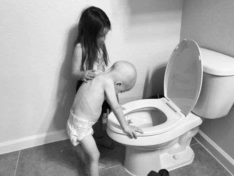 Niña consuela a su pequeño hermano que lucha contra la leucemia