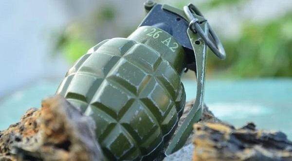 Niño lleva al kínder una granada que encontró en terreno militar