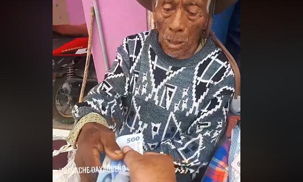 Hombre regala dinero a personas de escasos recursos; conmueve en redes