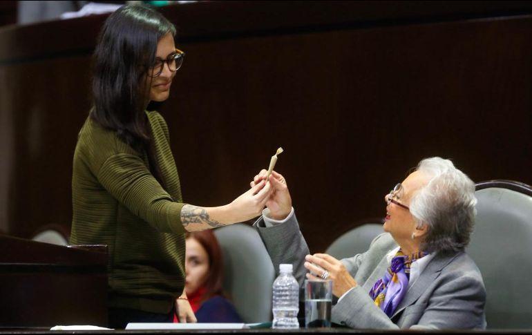 """Olga Sánchez Cordero recibe de regalo un """"churro"""" de mariguana"""